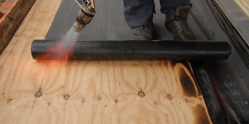 dakbedekking-van-bitumen-aanbrengen